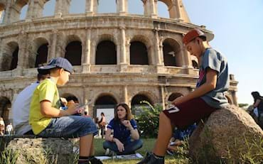 Guide with children in front of Colisseum